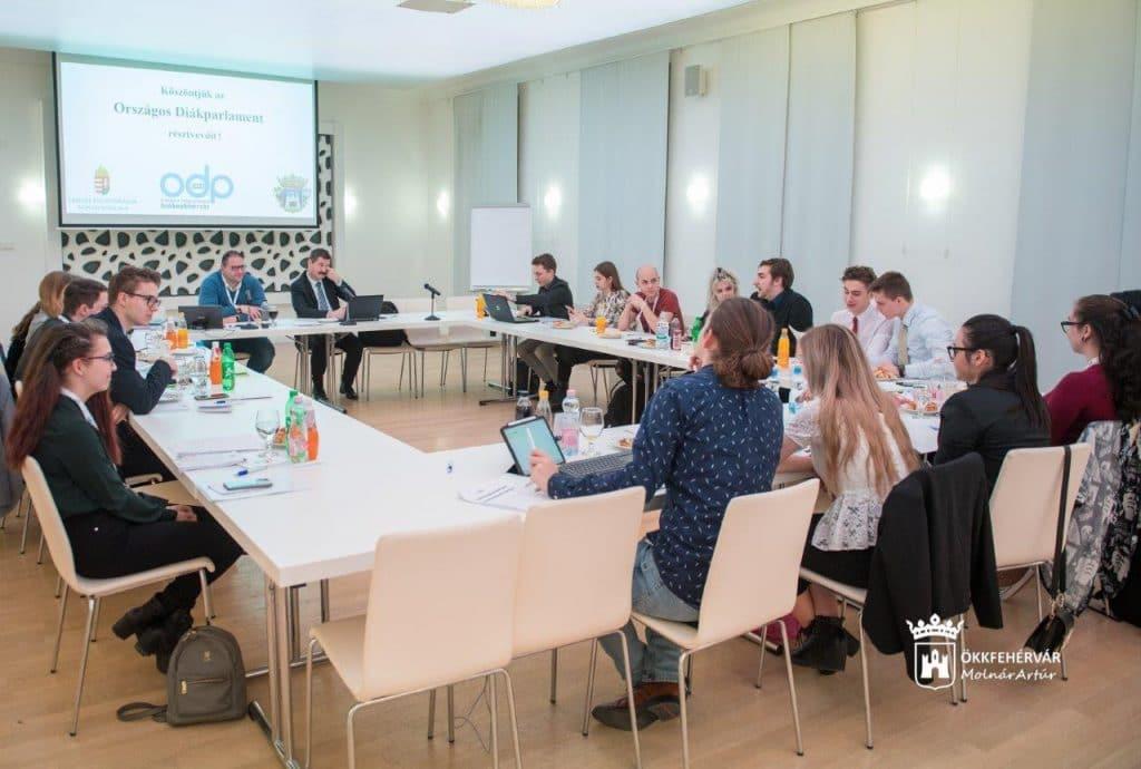 Szerkesztőbizottsági ülés a 2020. februárjában Székesfehérváron rendezett Országos Diákparlamenten.