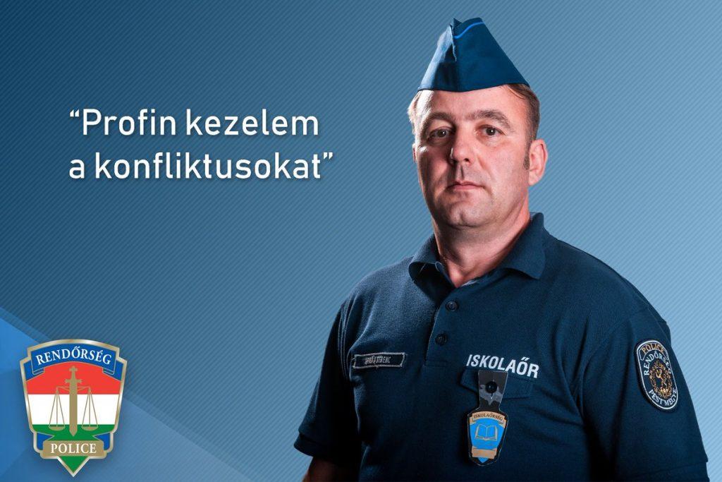 A Magyar Rendőrség alkalmazásában lévő iskolaőr képe, amelynek feladata az iskolai rend fenntartása